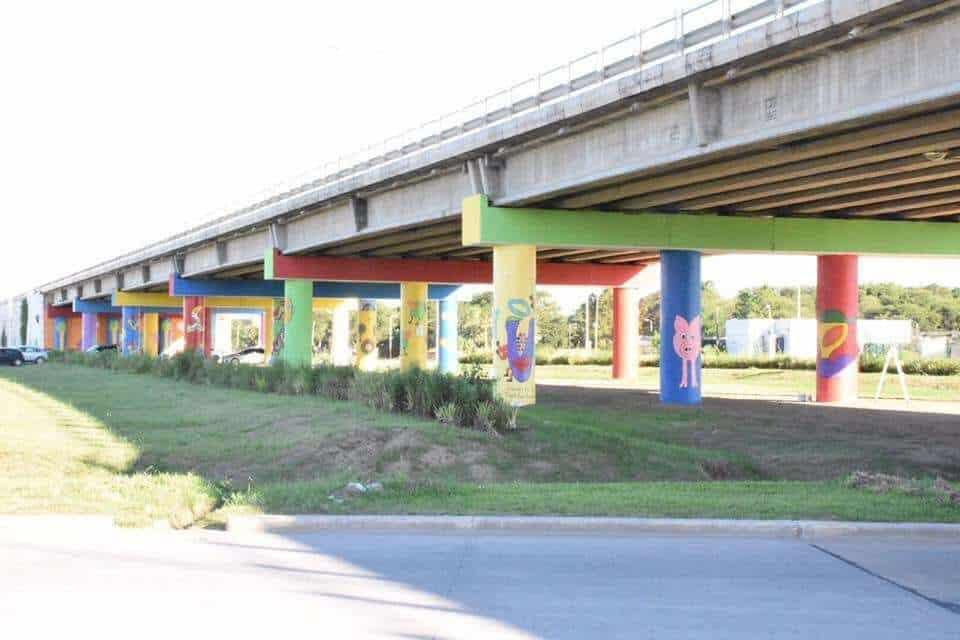 Pintores dan belleza a la carretera: un mural en un puente