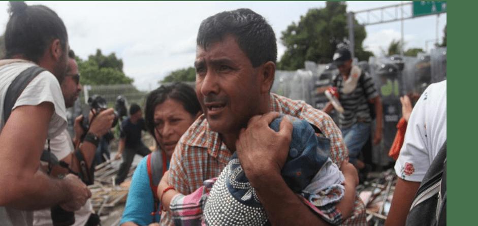 Reprimen a hondureños en la frontera mexicana