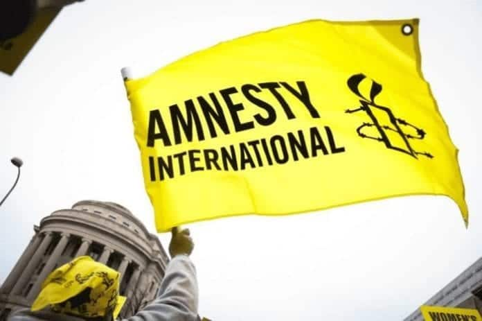 Amnesty international at the border with 3 children
