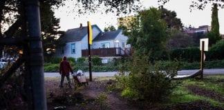 Californianos sin hogar se adaptan a redadas en campamentos