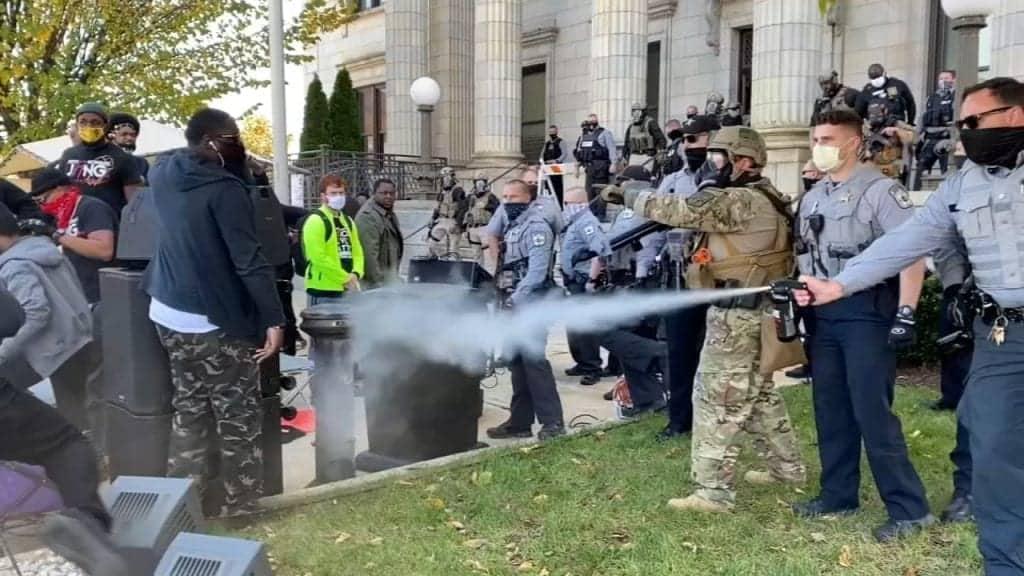 Policía en Graham, Carolina del Norte, no deja votar en paz