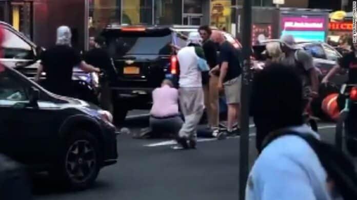 Ataque antisemita en Times Square foto de transeunte